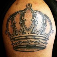 Мужская тату корона на плече