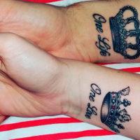 Парная татуировка короны для мужа и жены