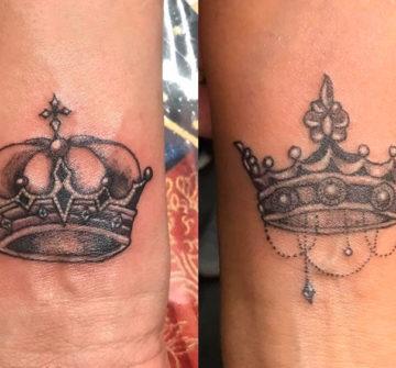 Парные короны на запястьях для влюбленных