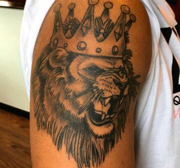 Рычащий лев с короной на плече