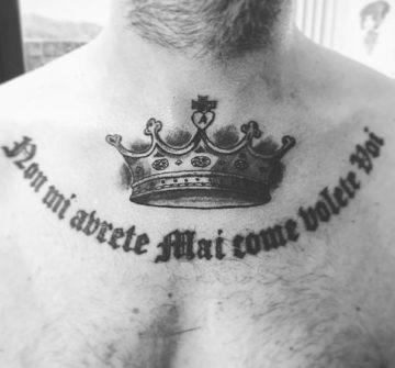 Тату корона и надпись на груди
