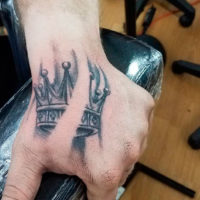 Тату корона на кисти руки