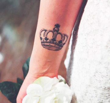 Тату корона на руке у девушки