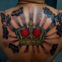 Тату корона на спине у мужчины