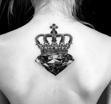 Тату корона с бриллиантом на спине
