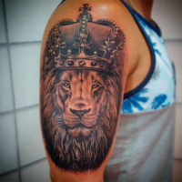Тату лев с короной на плече у мужчины