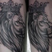 Тату лев с короной на предплечье