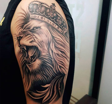 Тату на плече лев в короне