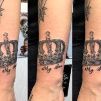 Татуировка корона на руке