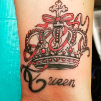 Татуировка корона на руке у девушки