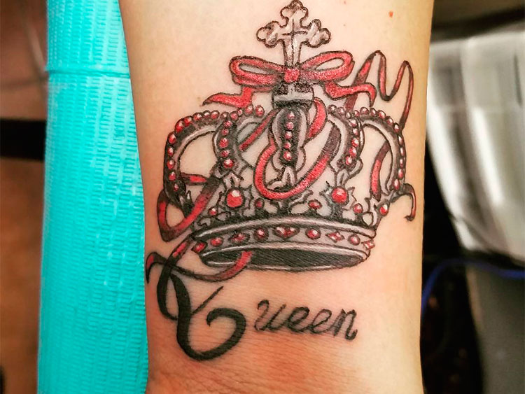 Картинка тату корона на руке у девушки