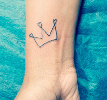Тонкая тату корона на запястье