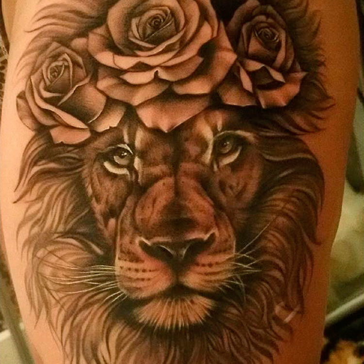 Женская тату льва на бедре