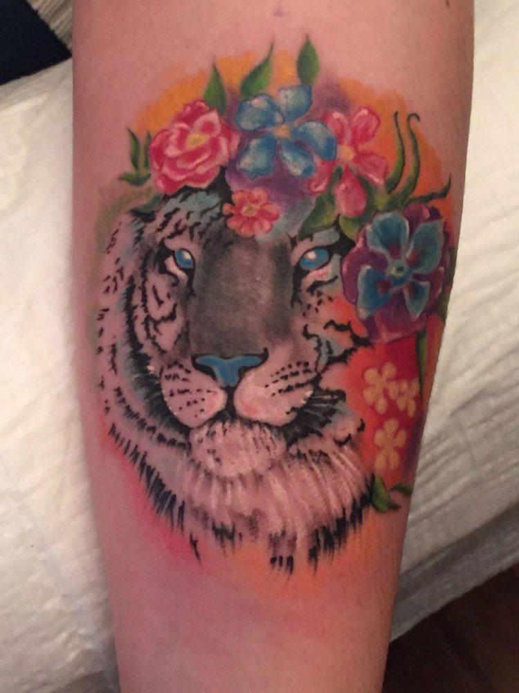 Белый тигр с цветами
