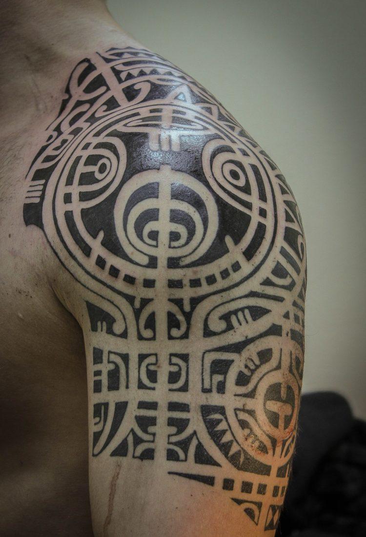 Мужская тату полинезия на плече