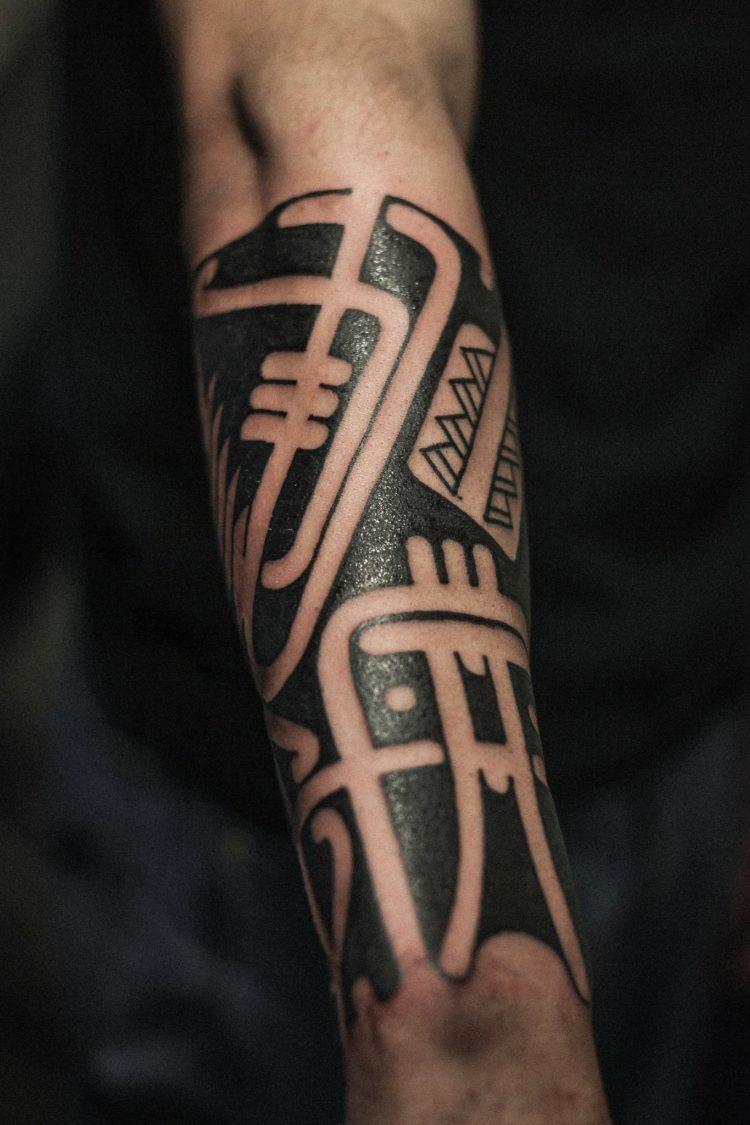 Мужская тату полинезия на предплечье