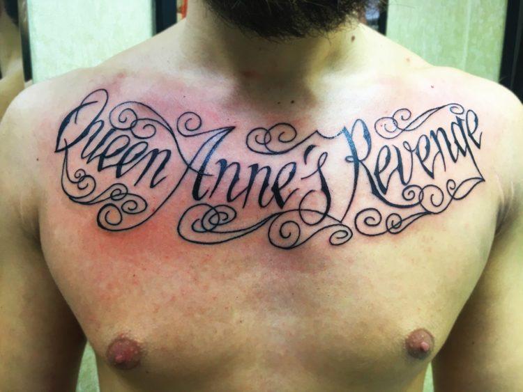 Надпись на груди Queen Anne's Revenge