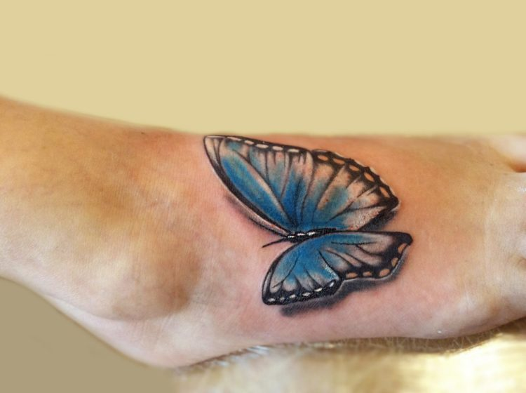 Синяя бабочка на ступне
