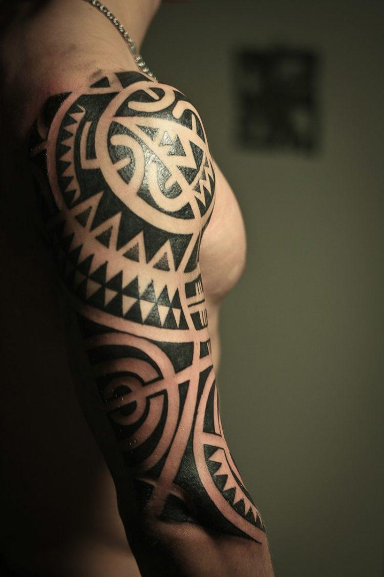 Тату в стиле полинезия на руке