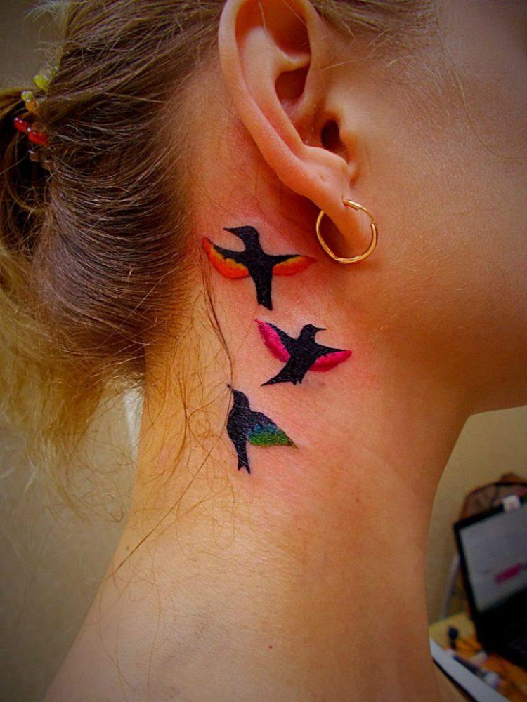 Три птицы на шее за ухом