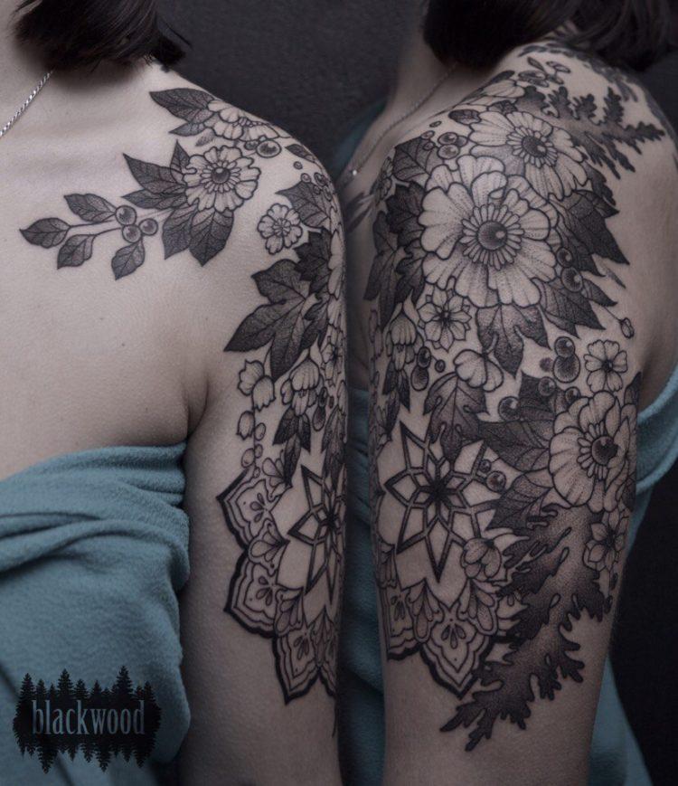 Черно-серые цветы на плече