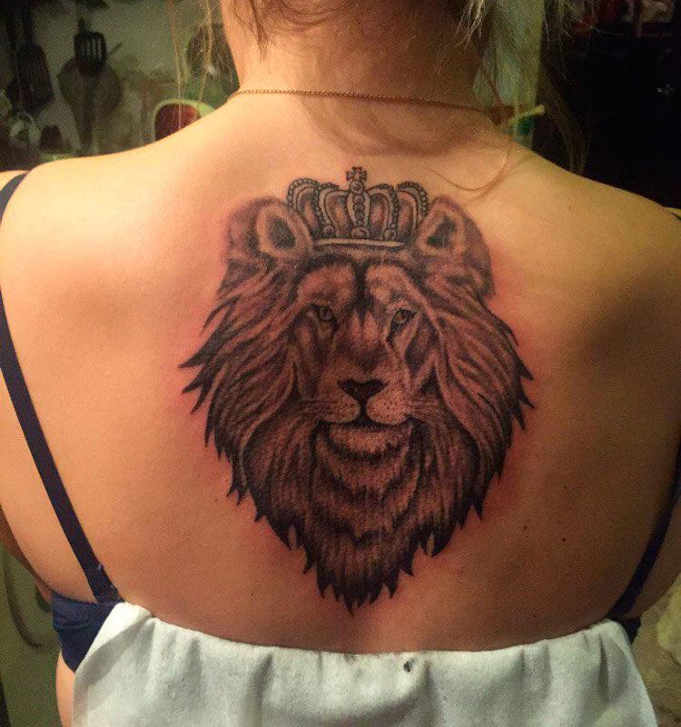 Лев в короне на спине у девушки