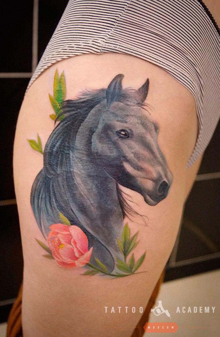 Лошадь с цветком на бедре