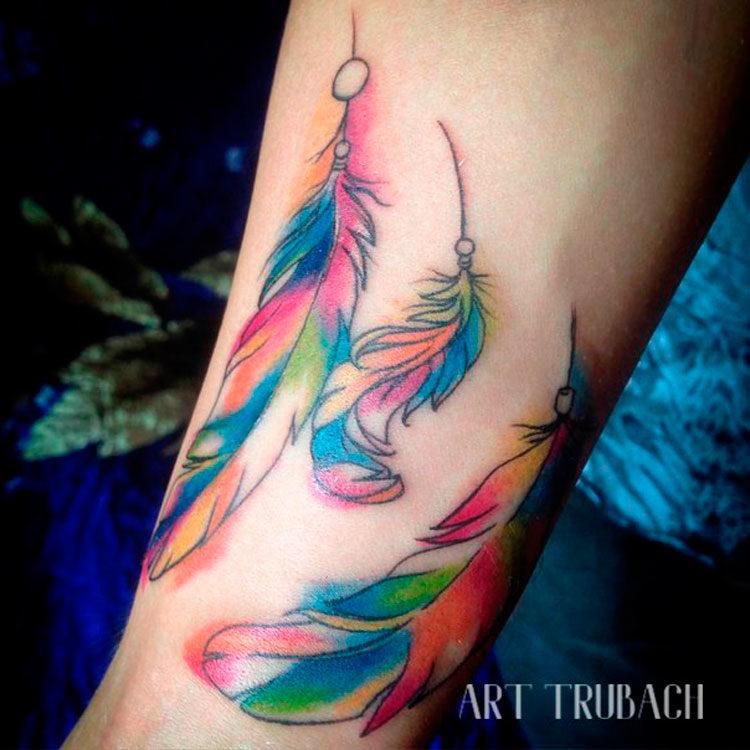 Акварельная татуировка с перьями
