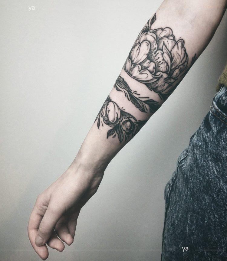 Цветочная тату вокруг руки, black&grey