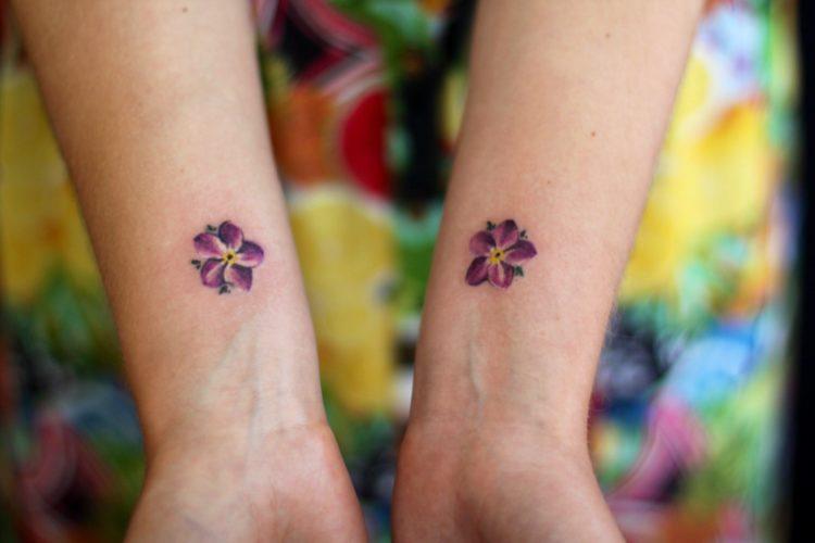 Два маленьких цветка на запястьях