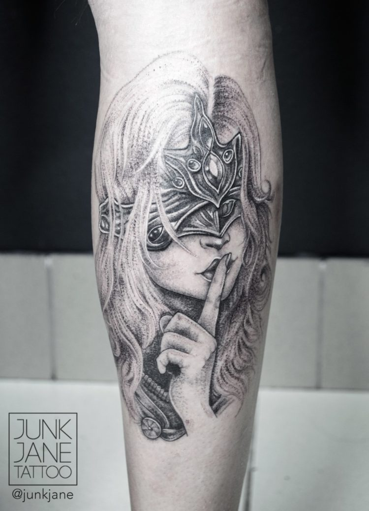 Девушка в маске с пальцем у рта