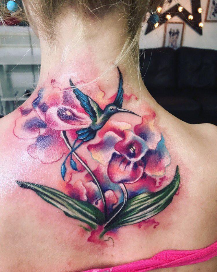 Колибри и цветы на спине, стиль акварель