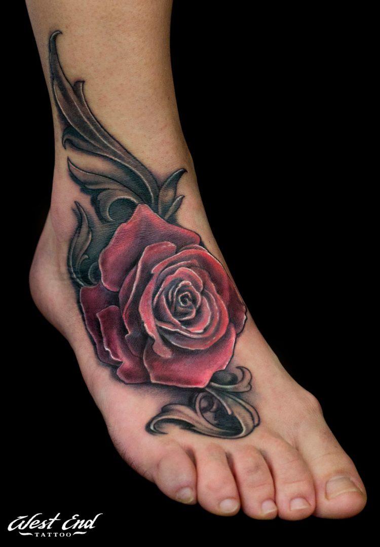 Красная роза на ступне