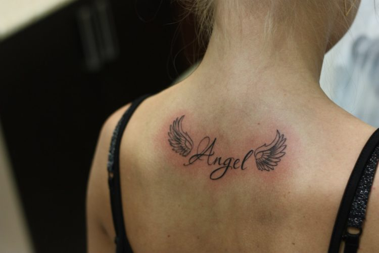 Надпись Angel с крыльями на спине