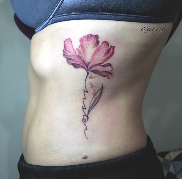 Розовый цветок на боку