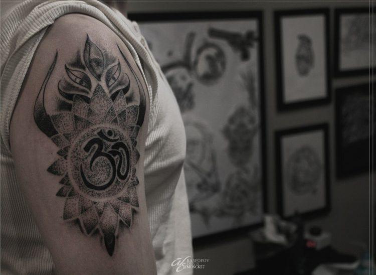 Символ Ом на плече, dotwork