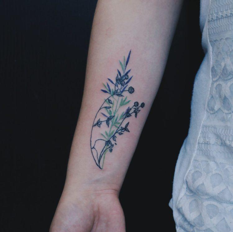 Тонкий цветок на руке