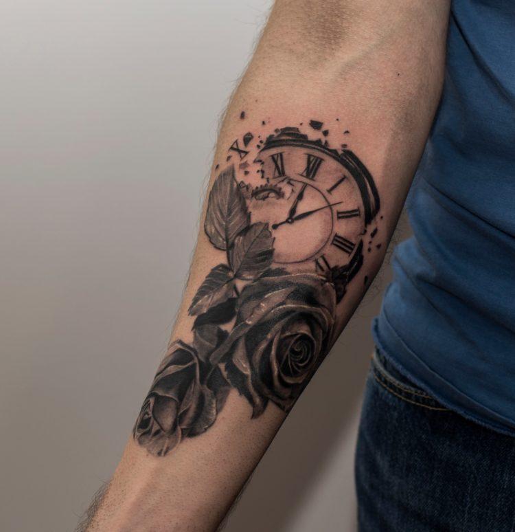 Часы и две розы