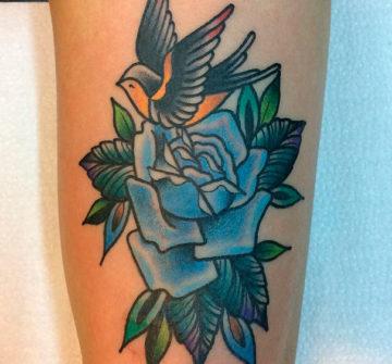 Цветная тату роза на руке