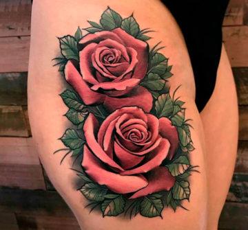 Цветная тату розы на бедре