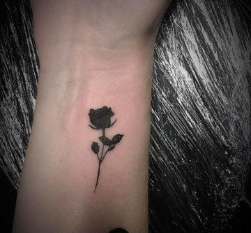 Маленькая тату роза на руке