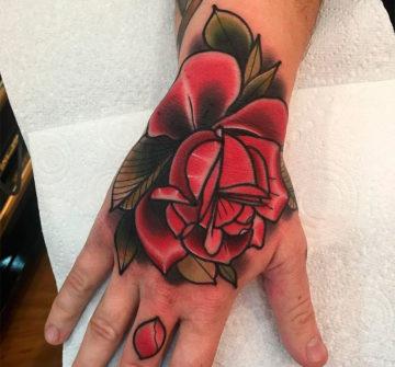 Мужская тату розы на руке фото
