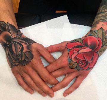 Мужские тату розы на кисти руки