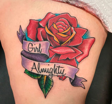Роза с надписью на бедре