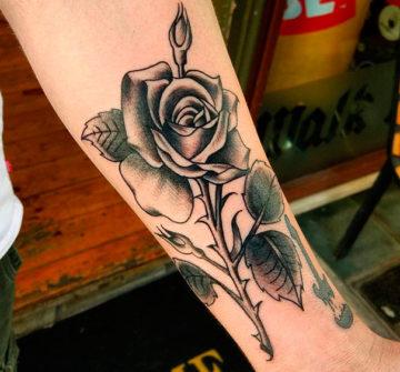 Роза с шипами на руке