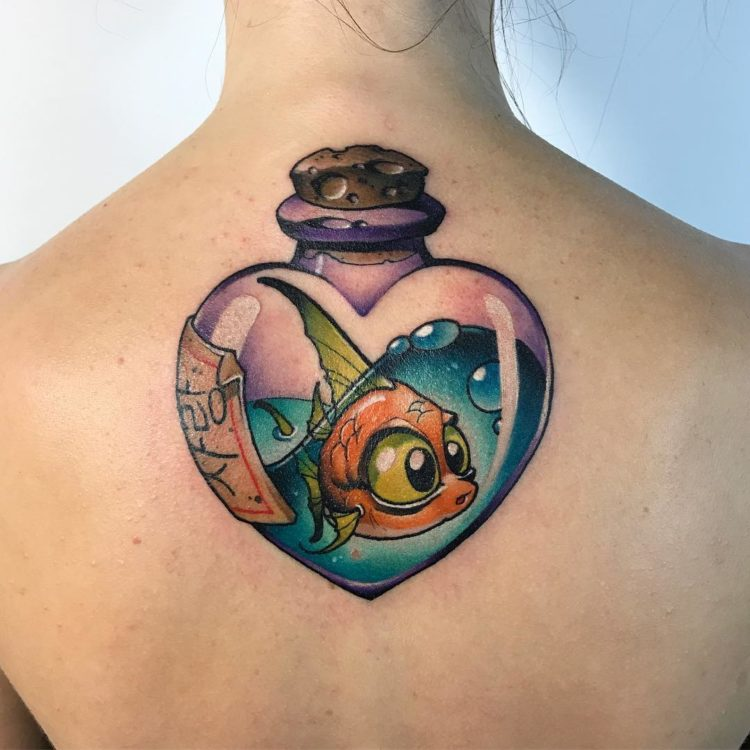 Татуировка рыбка внутри стеклянного сердца