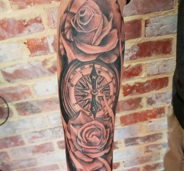 Тату компас и розы