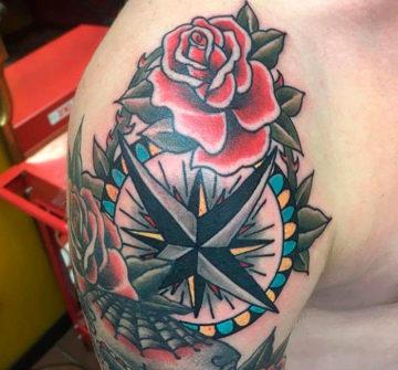 Тату компас с розами