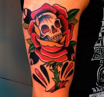 Тату роза с черепом на руке