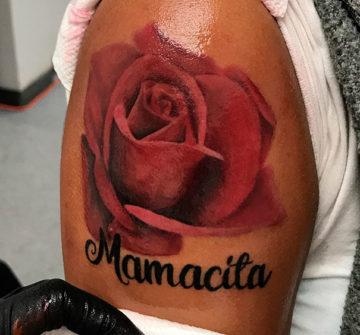 Тату роза с надписью на руке
